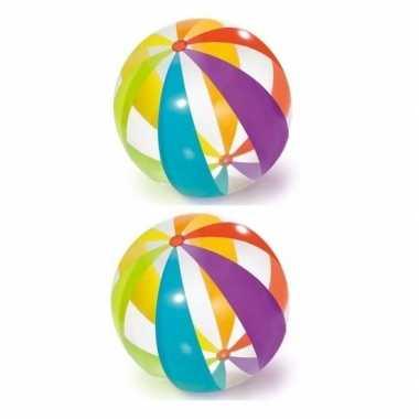 2x opblaasbare ballen gekleurd 122 cm buitenspeelgoed