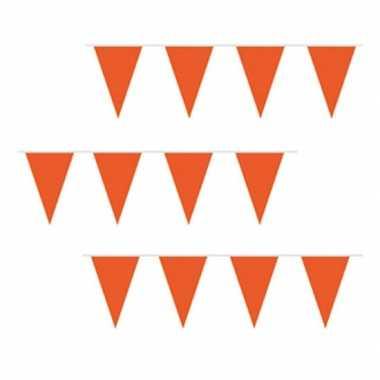 Oranje vlaggenlijnen van plastic